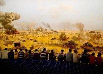 V muzeu věnovaném válce s Izraelem z roku 1973 sledují mladí lidé obrovské panoráma bojů.