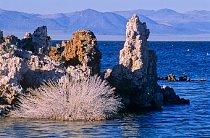 Před třemi až čtyřmi miliony lety se zdviháním a klesáním kontinentálních desek vytvořila na úpatí vznikající Sierry Nevady kotlina a postupně se naplnila vodou. Před dvanácti tisíci lety, za doby led