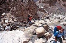 Průsmykem mezi Nepálem a Tibetem vedla tehdy ještě hodně adrenalinová, nezpevněná cesta.