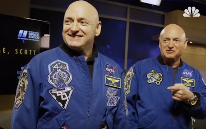 Scott Kelly s bratrem Markem