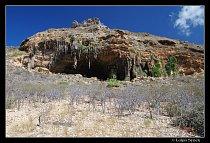 Jeskyně Dogub na jižním pobřeží nedaleko pláže Omag.