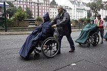 Ti opravdu nemocní a vozíčkáři mají přednost, zatímco ostatní trpělivě čekají ve frontě.