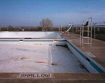 Texas. Bazén zející prázdnotou.