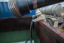 Pouze jedna čtvrtina ropných vrtů v Severní Dakotě je přímo napojená na ropovody. Většina ropy se vozí nákladními auty k ropovodům nebo do železničních stranic, odkud se odesílá dál.