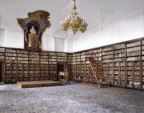 Biblioteca Palazzo Altieri, Řím, Itálie: Palazzo Altieri byl kdysi domovem šlechtické rodiny Altieri, z níž pocházel papež Klement X. Dnes v paláci sídlí banka. Když byl Klement X. v roce 1670 zvolen, dal nejvyšší poschodí paláce přeměnit na knihovnu.
