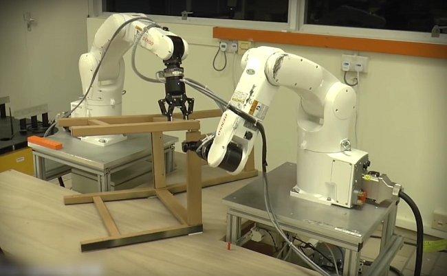Jen tři sekundy potřeboval robot k nalezení všech potřebných částí k sestavení.