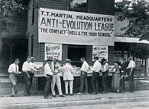 V roce 1925 v Daytonu, ve státě Tennessee, kde John Scopes stanul  před soudem za vyučování evoluce na střední škole, úspěšně nabízel své zboží knihkupec, který vyznával  kreacionismus – přesvědčení, že člověka i vesmír stvořil zásah vyšší bytosti.