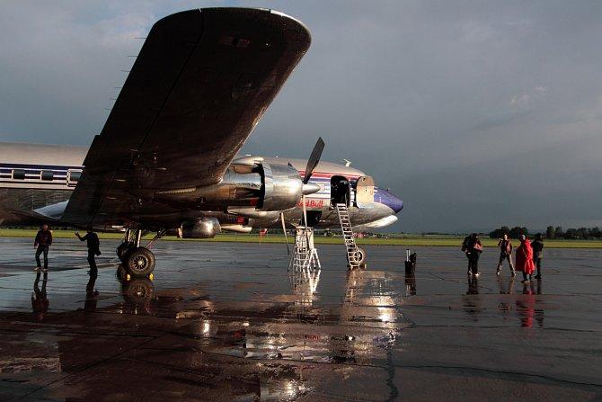 Přistání dopravního čtyřmotorového letadla Douglas DC-6B.