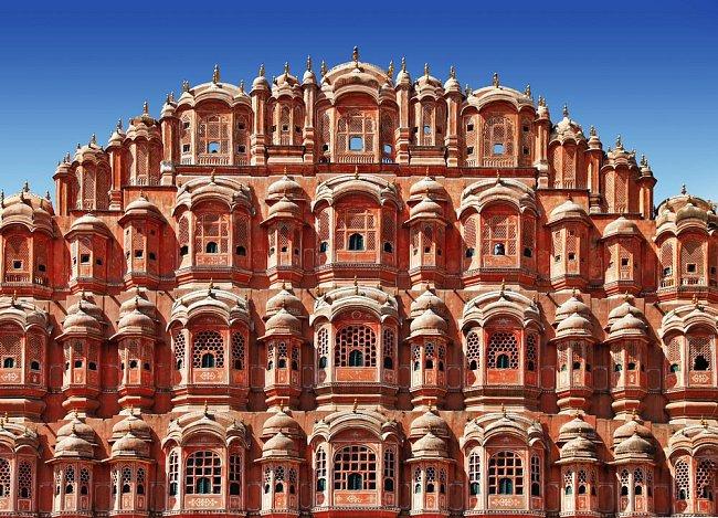 Džabalpur, město v indickém státu Madhjapradéš, je známé jako Pink City. Důvod všudypřítomné terakotové růžové, se skrývá v historii.