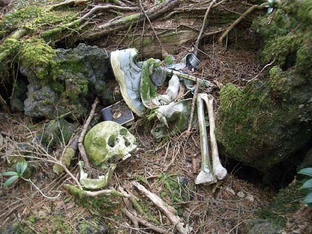 Kromě tělesných pozůstatků zde leží i předměty, které si lidé berou na poslední cestu...