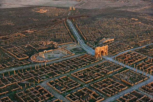 Timgad, Alžírsko  Tento vítězný oblouk budil úžas u návštěvníků města Thamugadi, které založil kolem roku 100 n. l. císař Traianus jako civilní osadu nedaleko pevnosti Lambaesis. Na kamenné cestě jsou