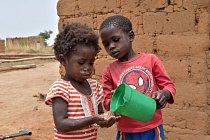 Problematická je také hygiena. Mytí rukou mýdlem nebo popelem může významně přispět ke snížení průjmových onemocnění. Ta je jednou zhlavních příčin podvýživy.