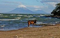 Pohled na oba ostrovní vulkány zpláže El Menco