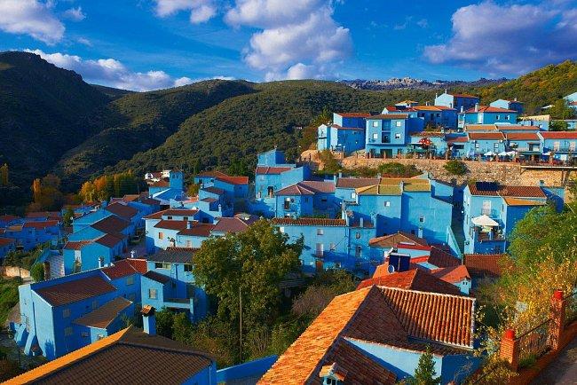 Španělská vesnice Júzcar v Andalusii zcela propadla Šmoulům. V červnu 2011 ji nechal starosta natřít namodro jen kvůli světové premiéře snímku Šmoulové 3D, která se konala právě u nich.