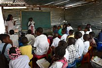 Také voblasti školství musí Angola ujít ještě velký kus cesty. Podle odhadů asi 30 % dospělých neumí číst a psát.