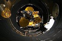 Družice SES-6 ve vakuové  komoře před startem