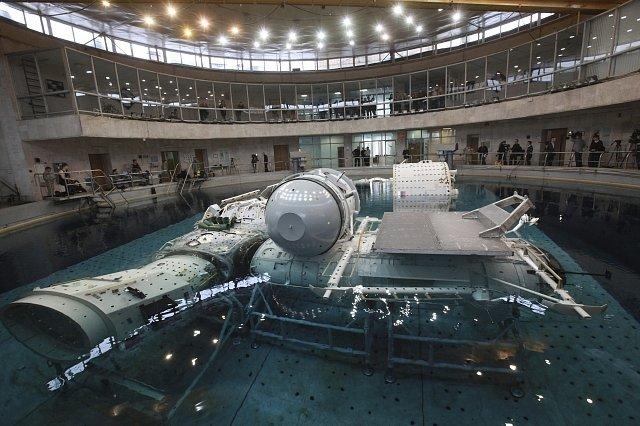 Trénink pod vodou je součástí výcviku také ruských kosmonautů. Výcvikové centrum Yuri Gagarin Cosmonaut Training Centrese nachází nedaleko Moskvy. Fotografie pochází z roku 2010.