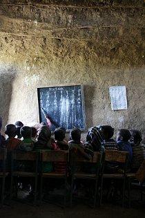 Děti se učí písmena amharské abecedy. Amharština je v Etiopii úředním jazykem.