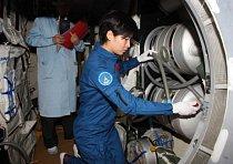 Na nedatované fotografii je Liu Yang kontroluje zařízení experimentálního modulu Tchien-kung 1.