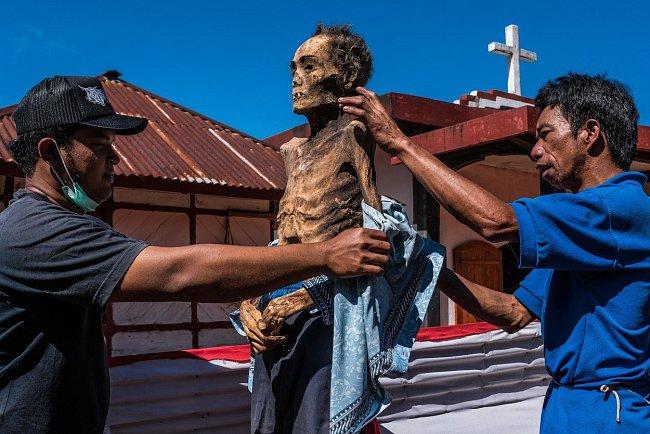 Kmen věří, že po smrti jde zesnulý po spirituální cestě, a tak na důkaz úcty mu chtějí cestu zpříjemnit.