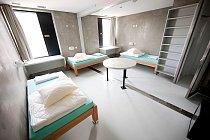 Švýcarské vězení Champ-Dollon bylo otevřeno v roce 1977 pro účely zadržení před soudem. Od té doby počet obviněných neustále roste a kapacita nestačí. V roce 2010 vězením prošlo 115 národností, z čehož bylo jen 7,2 % Švýcarů.