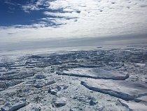 Na jihu jsou ohraničené antarktickým ledovým štítem, ze severu zamrzlým oceánem.