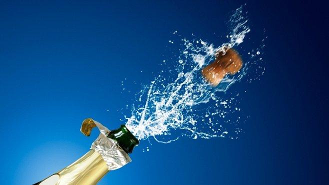 Fyzika šampaňského. Kolik kapiček se vytvoří z bublinky - i to zkoumá seriózní věda