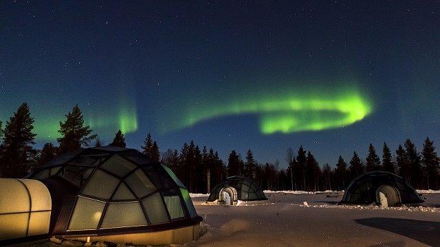 Kde jinde byste se měli kochat magickými světly severního pĺu, než ve Finsku, v Kakslauttanen Hotel & Igloo Village