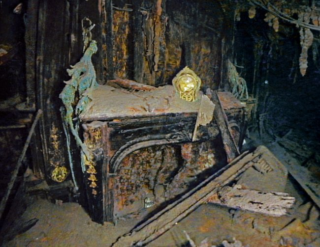 Strausovo apartmá. Majitel obchodního domu Macy´s Isidor Straus a jeho manželka Ida zahynuli , když žena odmítla nastoupit bez manžela do záchranného člunu.