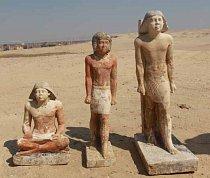 Sochy z Neferovy hrobky - zachycující tři postavy, a to ženu uprostřed a dva muže po stranách. Jejich identita je předmětem dalšího archeologického a historického zkoumání.