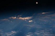 Astronauti posádky Expedice 47 zachytili z Mezinárodní vesmírné stanice jezero Balkhash, druhé největší jezero ve střední Asii. Úchvatný pohled od severozápadní Číny v dolní části až po východní Kazachstán umocňuje zlaté zbarvení odrážejícího se světla na