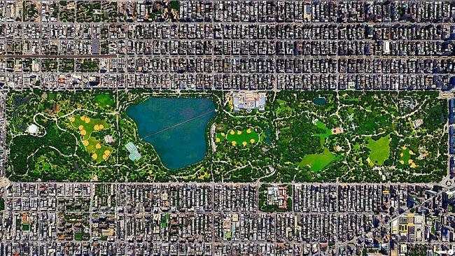 New York, USA – veřejný městský park Central Park obdélníkového tvaru má rozlohu téměř 3,5 kilometru.