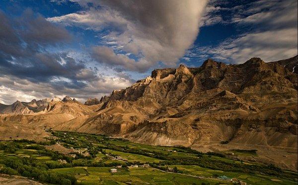 Ladakh bývá časo označován jako Země vysokých průsmyků, Malý Tibet, Měsíční země či poslední Shangri La.