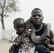 Ahmadu a krotitel hadů s krajtou,  Abuja, Nigérie 2005.