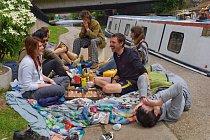 Obyvatelé hausbótů mají domov tam, kde najdou přístav, v tomto případě na kanálech ve východním Londýně. Tento piknik se odehrává u Hertford Union Canal, poblíž dějiště olympiády 2012.