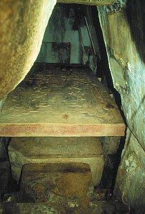 Hrobka Pakala (na záběru je vidět i kamenná deska s reliéfy)