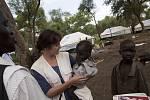Zdravotnická koordinátorka Helen Ottens-Patterson při návštěvě odlehlé části tábora našla závažně podvyživeného chlapce Mohameda, který musel být ihned převezen do nemocnice.