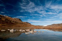 Ledový příkrov Grónska (tzv. Ice Cup) ční viditelně nad krajinou i z velké dálky. Údolí Israndsdalen.