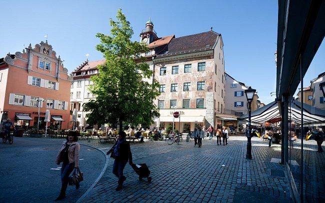 Náměstí Obermarkt, v pozadí dům s freskou, která zobrazuje udělení Braniborské marky v léno norimberskému purkrabímu Fridrichu VI. králem Zikmundem Lucemburským. Vše se událo právě zde.