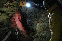 Tyto děti mohou chodit nezahalené jen v temnotě jeskyní. V jeskyni tráví víkend speleologií a kanoeingem. V jeskyních také kempují.