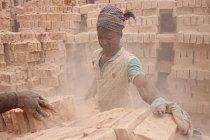 Přestože se zde pracuje dlouhé hodiny v prašném prostředí, mezi dělníky jsou i děti. Ti odrostlejší nosí na hlavě tuny cihel denně.