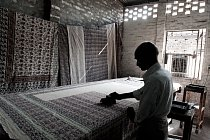 Razítkový tisk se stal velmi populární, protože umí jednoduše vytvářet složité vzory na velkých plochách bavlněných či hedvábných tkanin.