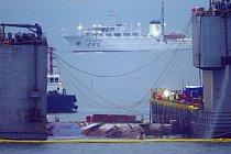Záchranářům se podařilo vytáhnout 6800 tun z hloubky 40 metrů.