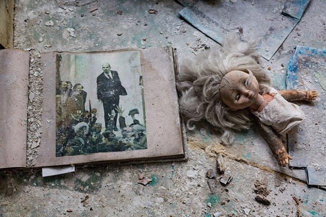 Návštěvníci pokradmu a často nepatrně mění vzhled místa. Otlučená panenka dělá společnost Vladimíru Leninovi.