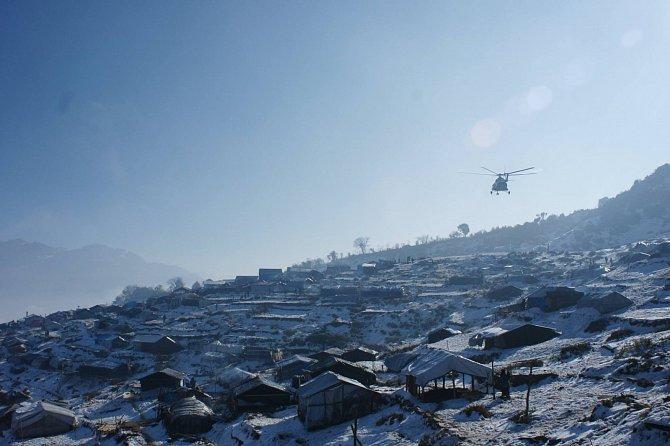 V posledních měsících je v Nepálu absolutní prioritou podpora obyvatel před zimou a mrazy. Díky humanitární pomoci si lidé ve vysokohorských oblastech mohou zateplit svá provizorní obydlí.