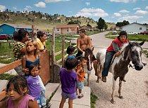 Jezdci na koních Carey Rouillard (vlevo) a Travis New Holy se zastavili na kus řeči v osadě Evergreen. Oglalové odpradávna chovají koně v hluboké úctě - říkají mu sunka wakan neboli posvátný pes. Jede