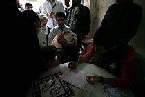 Pomoc se potom distrubuuje nejpostiženějším - rodinám s malými dětmi.