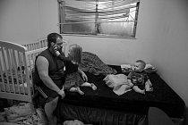 Osamělý otec Tyler Quebodeaux se voregonském Springfieldu usilovně snaží dobře vychovávat své tři  děti vevěku od20 měsíců dočtyř let. NaOregonské univerzitě navštěvuje kurz, kde se učí, jak oděti lépe pečovat ajak je povzbuzovat.