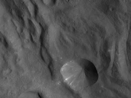 Abyste věděli, v jakých měřítkách se pohybujeme: tato fotografie byla pořízena ve vzdálenosti 680 kilometrů od Vesty a každý pixel na snímku odpovídá 65 metrům.