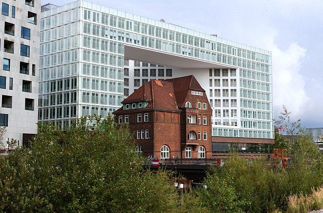 Bílá budova ve čtvrti Hafen City - to je nepřehlédnutelná práce kodaňské kanceláře Hennig Larsen Architects a sídlo společnosti Spiegel.